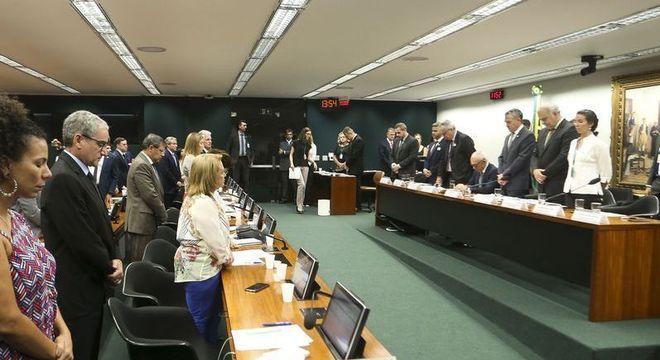 Presidente da Vale se mantém sentado em minuto de silêncio para as vítimas