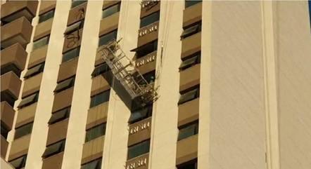 Imagem mostra andaime tombado na fachada do prédio