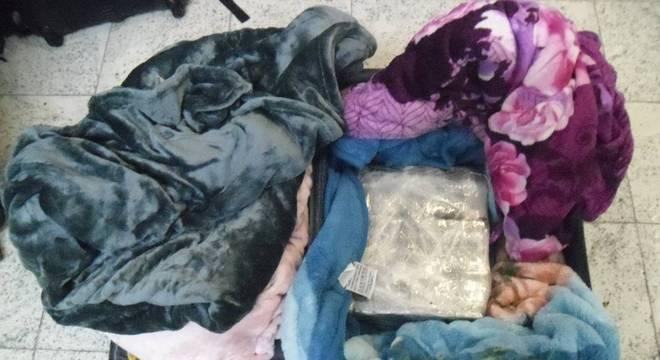 Droga estava escondida em cobertores na mala do suspeito