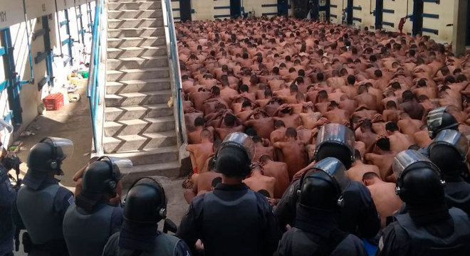 Após o fim da rebelião, presos foram reunidos no pátio da unidade para inspeção