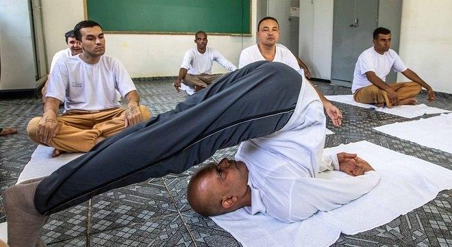 Em aula, alunos olham atentamente para o professor indiano Sanjay Kumar