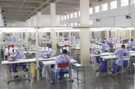 Presos de unidade em Taubaté costuram máscaras