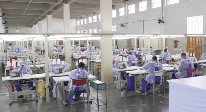 Detentos do sistema prisional paulista confeccionam máscaras de proteção facial