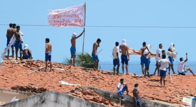 Presos rebelados na cadeia de Alcaçuz (RN), em janeiro de 2017