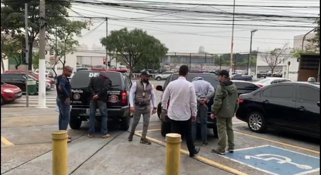 Dois homens foram presos e um ficou ferido após trocar tiros com a Polícia