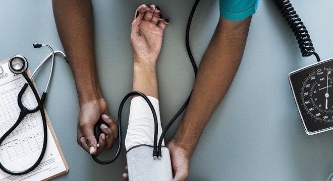 Média normal de pressão arterial em adultos é de 12/8