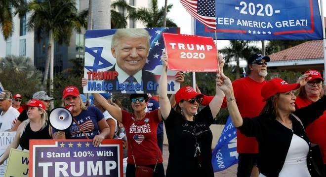 Apoiadores da reeleição de Trump em Palm Beach, na Flórida
