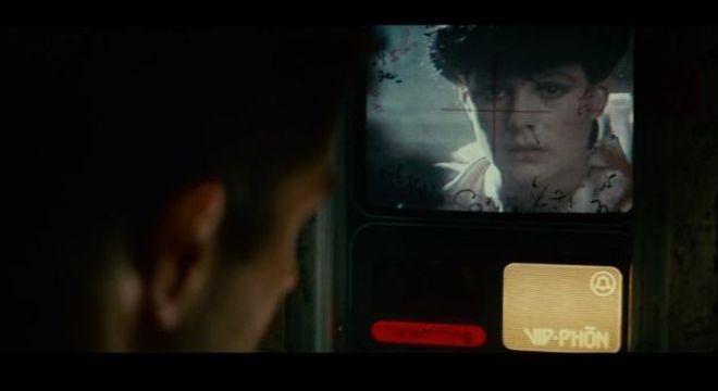Deckard fala com Rachael por meio de uma chamada de vídeo feita em uma cabine