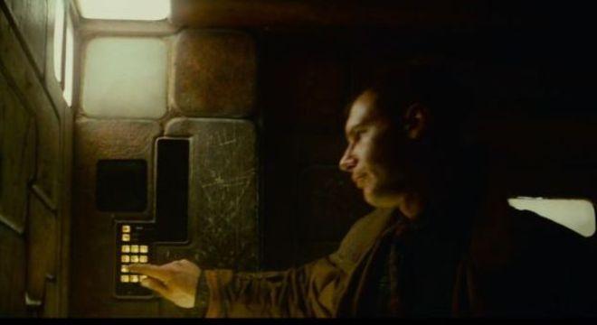 No elevador, Deckard digita e fala código para entrar em casa