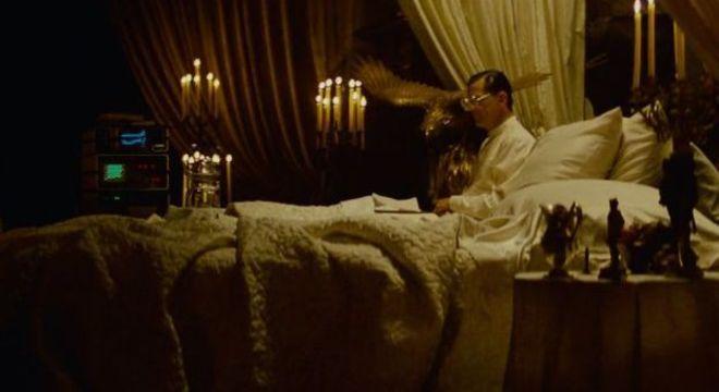 Eldon Tyrell em sua casa com assistente virtual
