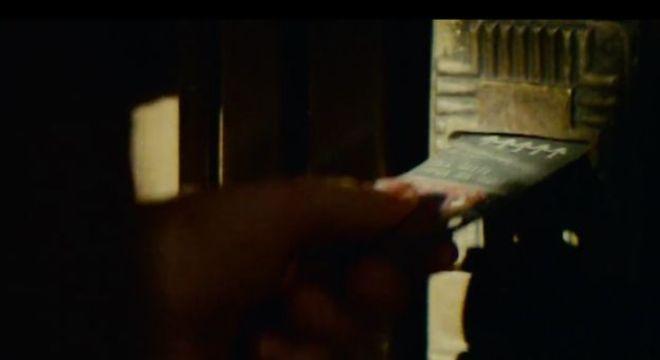 Deckard usa cartão para entrar em casa