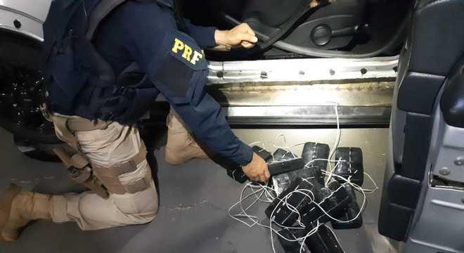 Agentes encontraram 22 pacotes de pasta base de cocaína