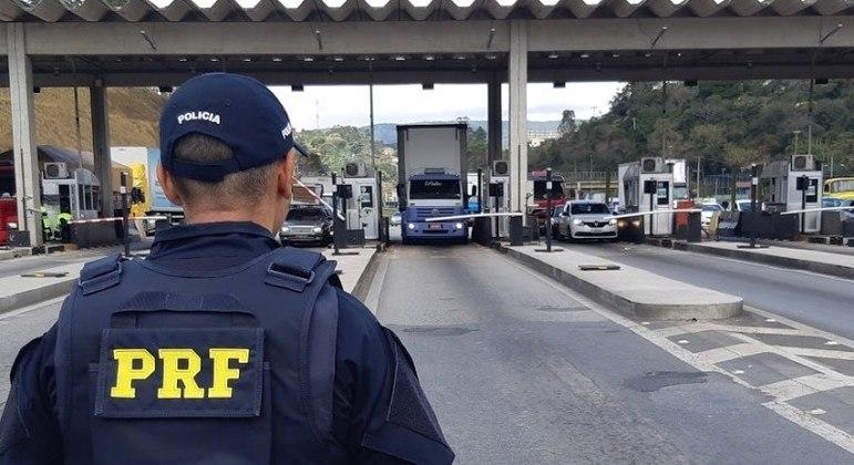 Ao menos 400 policiais participaram da operação, em oito rodovias federais de SP