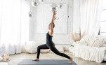 2. Postura da crescenteEssa postura auxilia nofortalecimento dos glúteos e dos quadríceps, dando aos quadris um bomalongamento. Além disso, essa asana também ajuda a abrir os ombros, pulmões epeitos, alongando-os. E por fim, ela também tem como benefício melhorar oequilíbrio corporal, aumentar a capacidade de concentração e até mesmo aliviardores no nervo ciático.Veja comofazer: Em pé, leve o joelho esquerdo emdireção ao peito e depois deslize-o para trás, é importante que o joelhodireito não passe do calcanhar direito. Inspire e levante o torso. Em seguida,levante os braços acima da cabeça, com as palmas das mãos voltadas uma para aoutra. Expire, você poderá sentir um alongamento na região frontal das pernas enos quadris. Mantenha a postura por alguns segundos.E depois, repita apostura com a perna esquerda para frente.