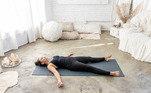 7. SavasanaEssa postura de Yoga é poderosa e trazdiversos benefícios para quem a pratica como: produzir grande relaxamento parao corpo curando os transtornos causados pelo excesso de tensão, reduzterapeuticamente o risco de arritmia cardíaca, ataque cardíaco, pressão alta ecolesterol e tem um efeito excelente contra a fadiga física e mental, acalmandoas ondas cerebrais e estimulando a endorfina, serotonina e melatonina,hormônios que atuam no bem-estar e rejuvenescimento corporal.Veja como fazer:Deitado em um tapete de yoga, edredomou até mesmo no chão comece se espreguiçando como se estivesse acabado deacordar. Feche os olhos se preferir e inale e exale profundamente. Solte cadatensão do seu corpo e deixe-o ficar pesado em direção a terra, se permitindorelaxar e aproveitar esses minutos consigo mesmo sem expectativas ejulgamentos. Leve as mãos sob o coração e preste atenção na suarespiração.