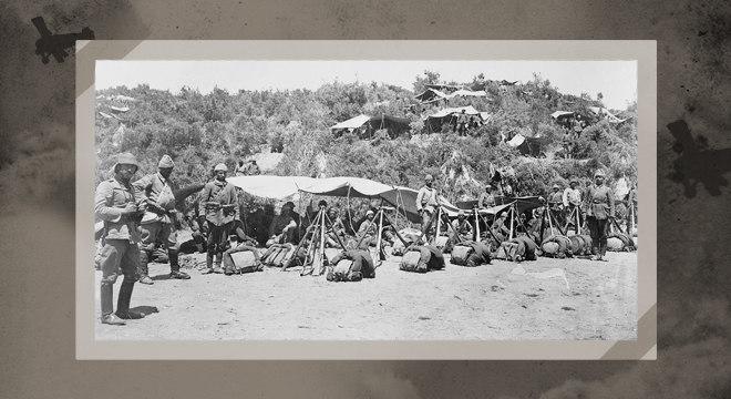 Soldados turcos lutando pelo Império Otomano na Batalha de Galipoli (1915)