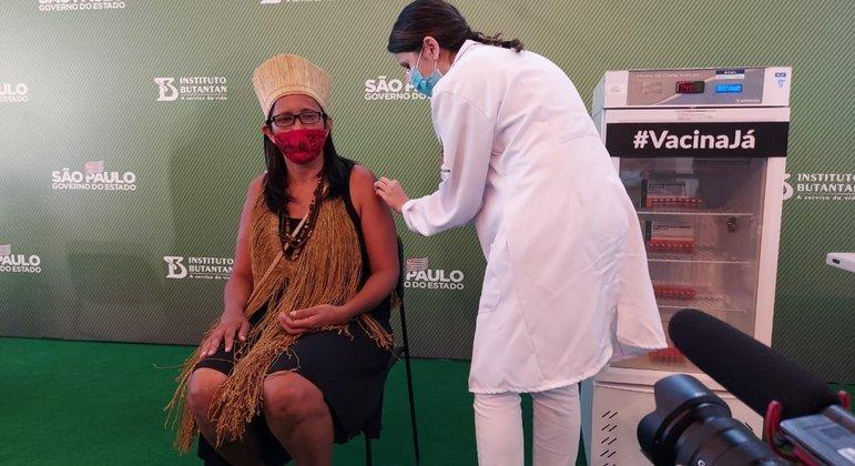Primeira indígena vacinada no país, Vanuzia Santos é técnica em enfermagem