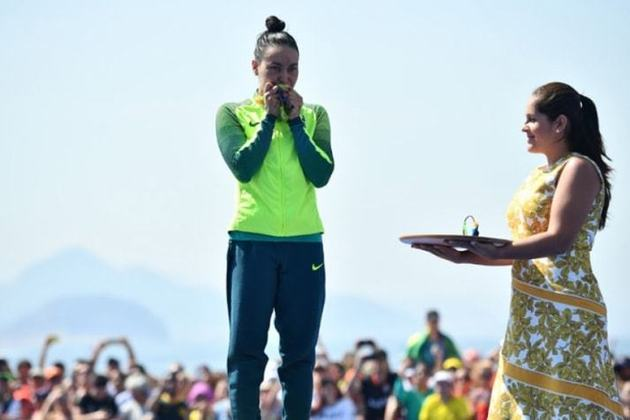 Primeira nadadora brasileira a conquistar uma medalha em uma edição olímpica, Poliana Okimoto ficou com a medalha de bronze na maratona aquática dos Jogos do Rio de Janeiro. Hoje, está com 38 anos e aposentada