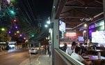 Os bares e restaurantes reabriram na capital em 6 de julho, sem o funcionamento noturno. A foto mostra movimentação no O Pasquim Bar e Prosa, na rua Aspicuelta, no bairro da Vila Madalena, na zona oeste deSãoPaulo