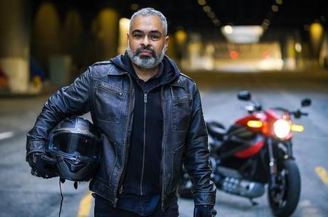 Diego Cardenas comemorou seu 50º aniversário e fez história ao montar em sua Harley-Davidson LiveWire personalizada da fronteira do México com os EUA até a fronteira com o Canadá