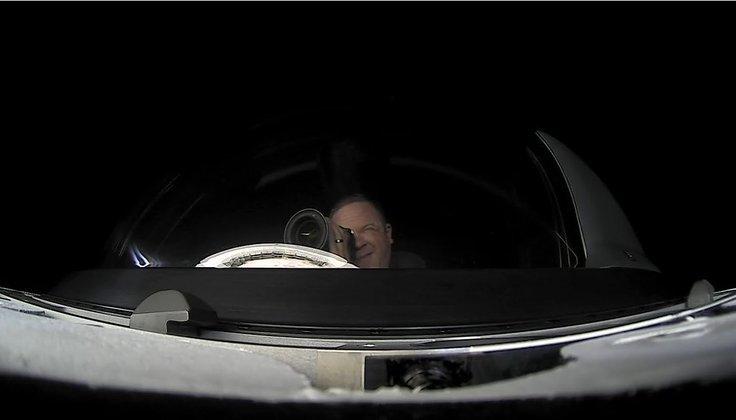 Por fim, a última foto divulgada mostra o tripulante Chris Sembroski, visivelmente deslumbrado, fotografando a Terra através da cápsula. Ele é veterano da Força Aérea dos EUA e ficou encarregado do gerenciamento da carga a bordo da cápsula e de fazer comunicação com o nosso planeta