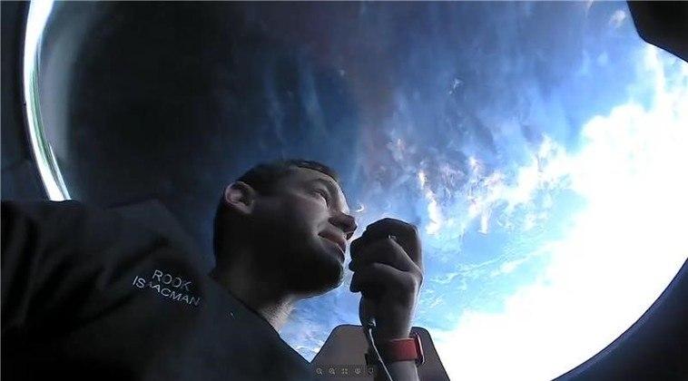 As fotos mostram os integrantes da missão na cúpula de vidro da cápsula Crew Dragon, estrutura que fornece uma visão panorâmica do espaço e comporta apenas uma pessoa por vez. Na imagem acima, o privilegiado da vez é o bilionário Jared Isaacman, responsável pelo financiamento do projeto e comandante da missão