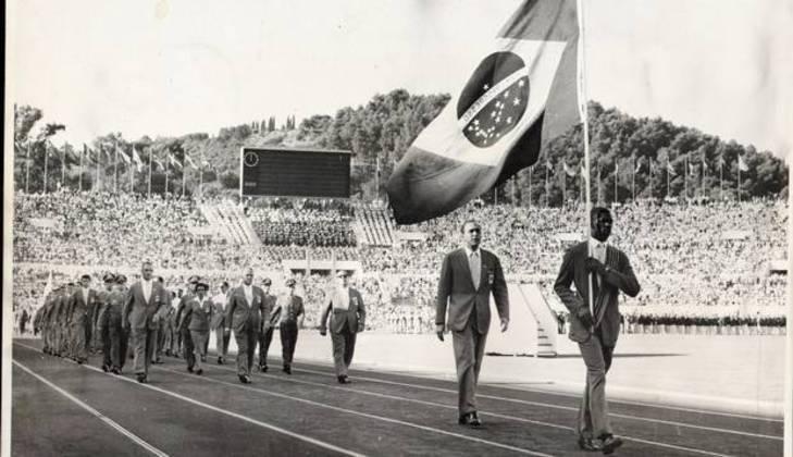 Primeiro bicampeão olímpico da história brasileira (1952 e 1956), Adhemar Ferreira da Silva foi o porta-bandeira nos Jogos de Roma, em 1960. Ele levou os dois ouros no salto triplo.