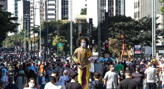 Pedestres usam máscara na avenida Paulista durante domingo de lazer