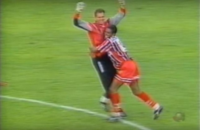 Primeiro gol de Rogério Ceni - Em 1997, numa partida válida pelo Paulistão, o São Paulo enfrentou o União São João de Araras, no Estádio Hermínio Ometto. O jogo porém ficou marcado pelo gol de falta do goleiro do São Paulo, o jovem Rogério Ceni. Foi o primeiro de muitos.