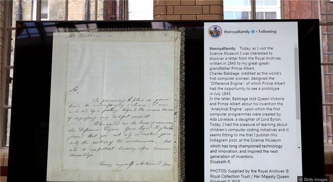 O primeiro post da rainha Elizabeth no Instagram, em 2019, a foto de uma antiga carta ao príncipe Albert, foi acompanhado de uma legenda narrativa