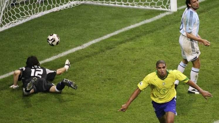 Principais jogadores da Seleção Brasileira em 2004: Júlio César, Luís Fabiano e Adriano (foto)