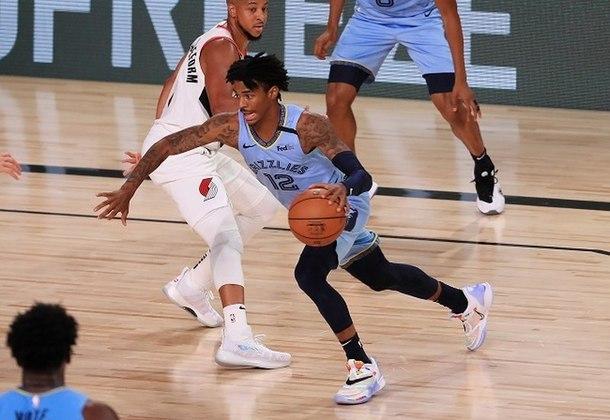 Principal candidato ao prêmio de melhor novato da temporada, o armador Ja Morant (Memphis Grizzlies) teve um dia difícil nos arremessos durante a derrota para o Portland Trail Blazers por 140 a 135. Morant converteu somente sete das 22 tentativas, mas somou 22 pontos, 11 assistências e cinco rebotes