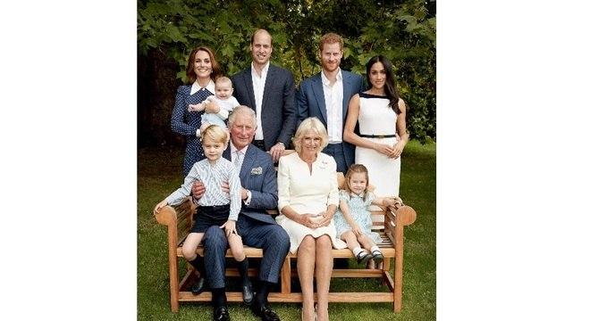 Foto oficial de aniversário: Charles ao lado da segunda esposa, filhos e netos