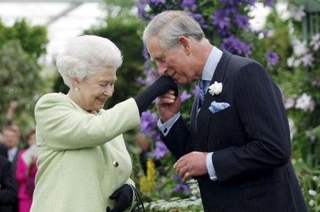 Rainha Elizabeth II deve abdicar trono para Charles
