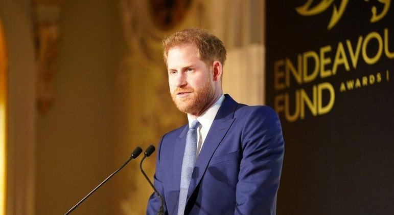 Príncipe Harry volta ao Reino Unido para o enterro do avô, príncipe Philip