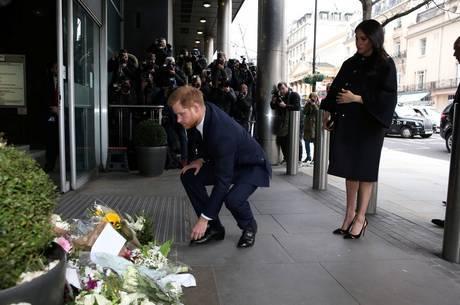 Príncipe Harry e Meghan prestam homenagem