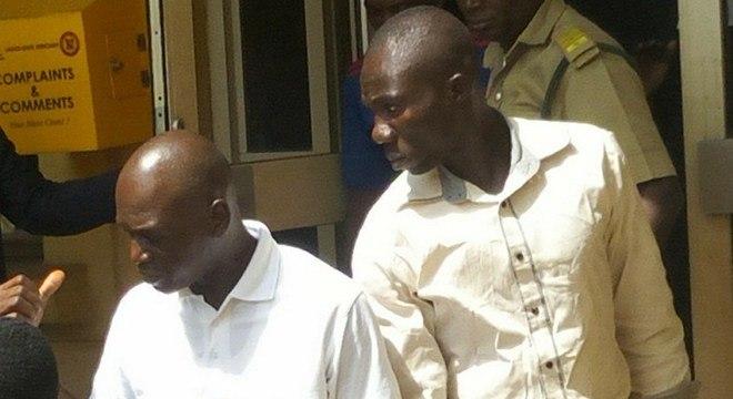 O príncipe Adewale Oyekan (d) e Lateef Balogun deixam o tribunal após sentença