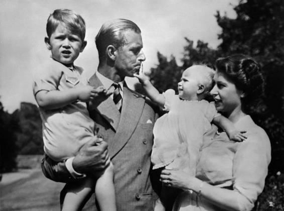 Em fevereiro de 1952, a morte prematura de seu sogro, o rei George VI, marcou o fim de sua carreira de oficial na Marinha e deu início ao período como príncipe consorte