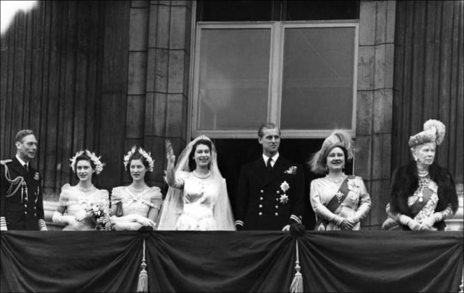Os dois casaram oito anos depois, em 20 de novembro de 1947. Philip, nomeado duque de Edimburgo, teve que renunciar aos títulos de nobreza anteriores e a sua religião ortodoxa, convertendo-se à Igreja Anglicana