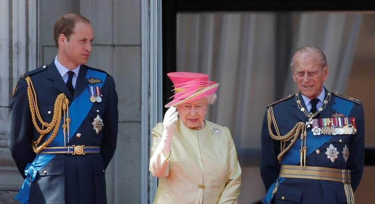 Príncipe William ao lado dos avós, a rainha Elizabeth e o príncipe Philip