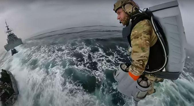 Marinha britânica testa roupa especial para embarque e desembarque no mar
