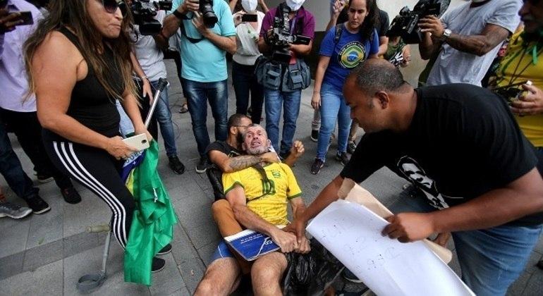 Em 2018, Daniel Silveira causou polêmica ao quebrar placa com nome de vereadora assassinada