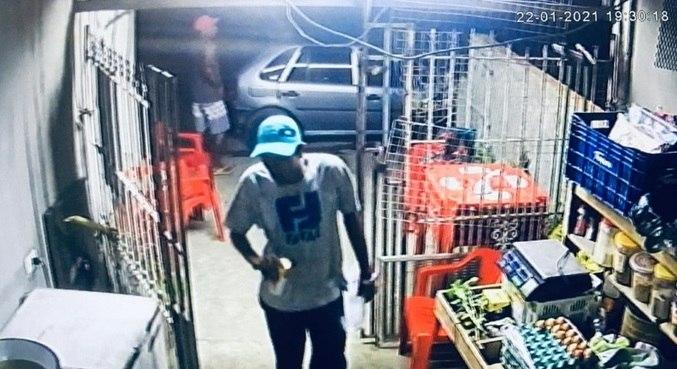 Imagens de segurança mostram o suspeito em outro ponto no momento do crime