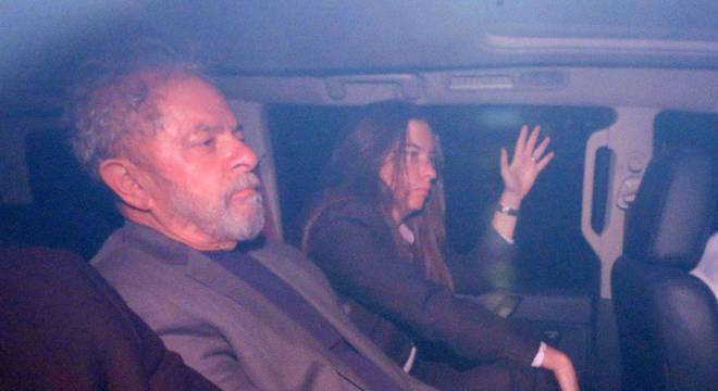 Lula a caminho da Polícia Federal no dia de sua prisão em 04 de abril de 2018