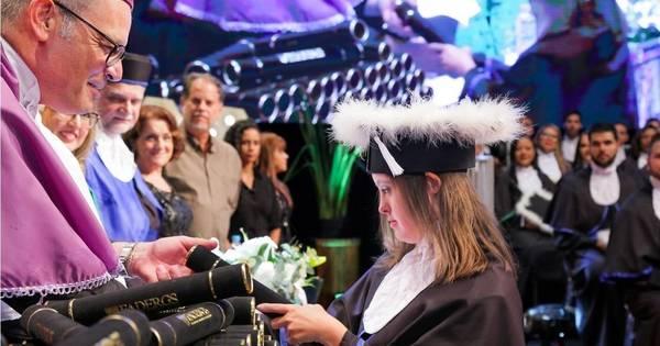 Down: Priscila superou desafios e conquistou diploma universitário
