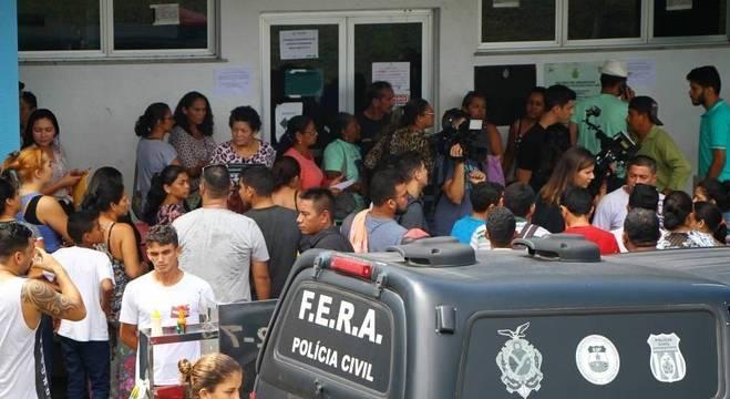 Familiares aguardando liberação de vítimas de massacre