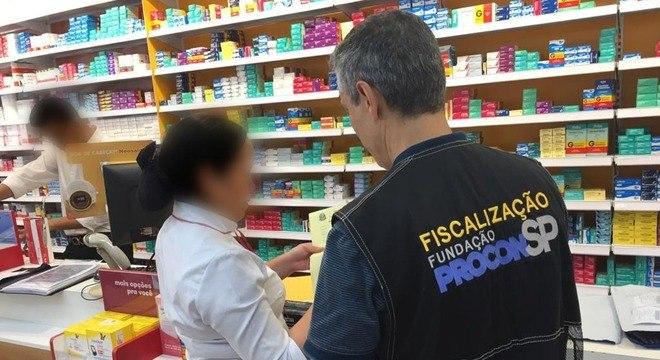 Procon-SP fiscaliza preços abusivos na venda de álcool gel e máscaras