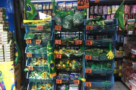 Produtos se acumulam nas prateleiras da 25 de Março