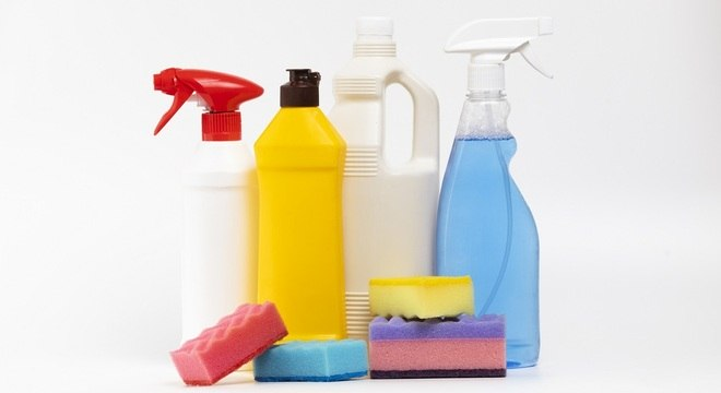 Produtos de limpeza não devem ser usados na mão, segundo especialista