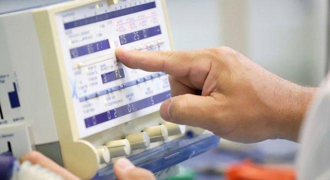 Professor do Senai conserta respirador: vagas na saúde vão além de posições para médicos e enfermeiros
